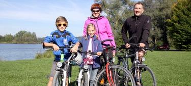 Radfahrerfamilie auf Radweg um Burgau