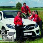 Band Timeless als Trio an Auto auf Wiese