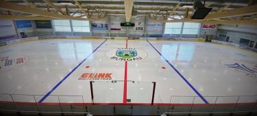 Blick auf die Eisfläche der Eissporthalle Burgau von der Tribüne aus. Zuschaueransicht.