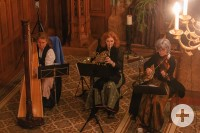 3 Musikerinnen spielen Heilige Nacht