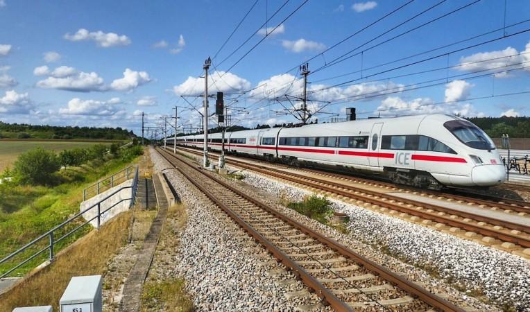 ICE der Deutschen Bahn während der Fahrt auf den Gleisen im Sommer