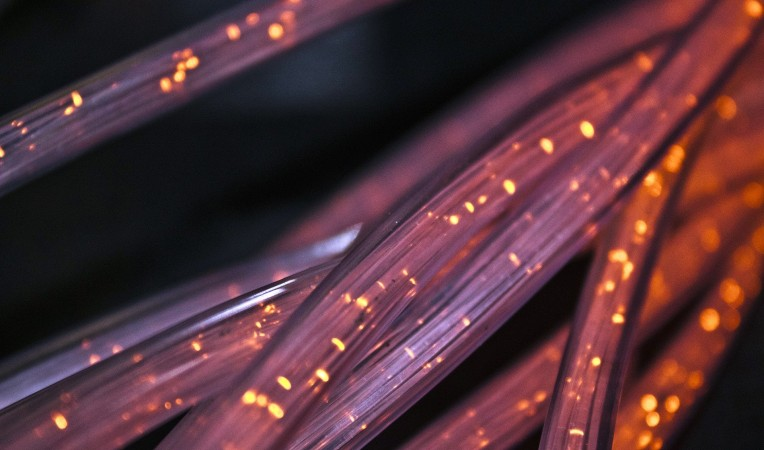 Kabel vor schwarzem Hintergrund die rötlich leuchten